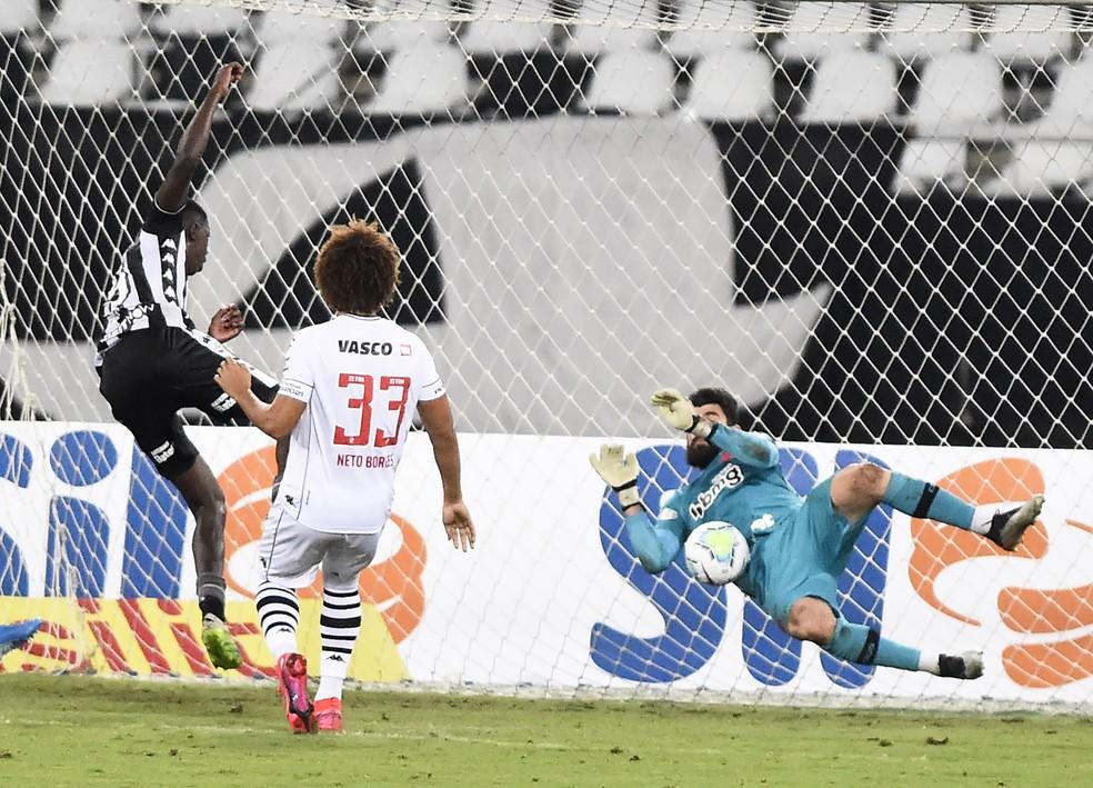 defesa de Fernando Miguel no chute de Matheus Babi, Botafogo x Vasco — Foto: André Durão / ge