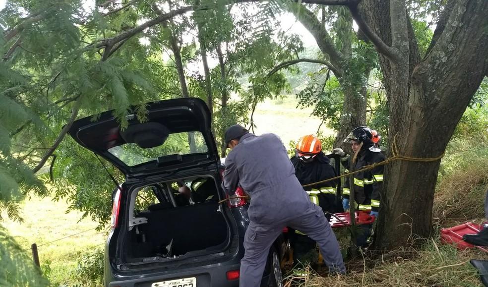 Bombeiros tiveram trabalho no resgate da motorista após o acidente na região de Marília (Foto: João Trentini / Arquivo pessoal )