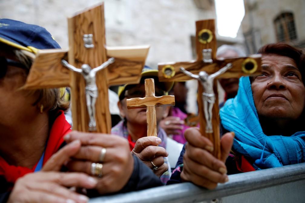 Fiéis seguram crucifixo durante celebração da Sexta-feira Santa na Cidade Velha de Jerusalém  (Foto: REUTERS/Corinna Kern)