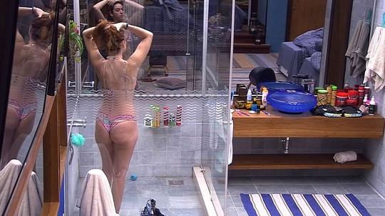 Sozinha no Bangalô do Líder, Ana Clara toma banho
