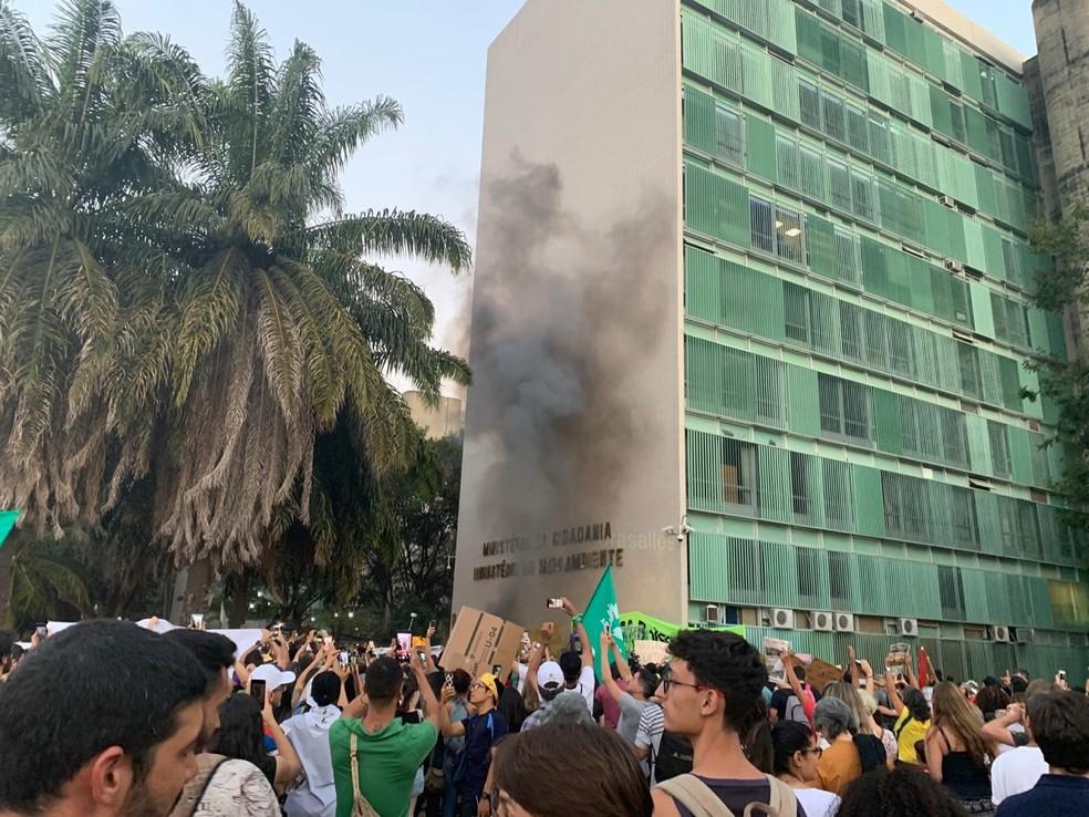 BRASÍLIA, 18h11: Fumaça em meio a manifestação em defesa da Amazônia — Foto: Nicole Angel/G1