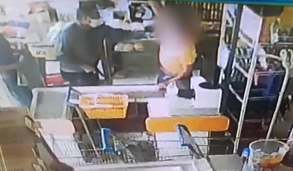 Assaltantes estavam com máscara de proteção contra o coronavírus — Foto: Reprodução/TV Bahia