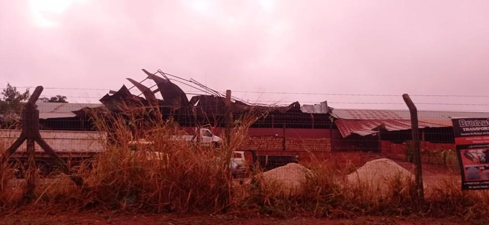 Telhado de galpão caiu após tempestade.  Foto: Umberto Zum/Foto