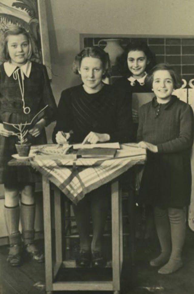 Anne Frank com sua professora e duas colegas da sexta série da Escola Montessori, em Amsterdã, em 1940 (Foto: Photo collection Anne Frank Stichting, Amsterdam)