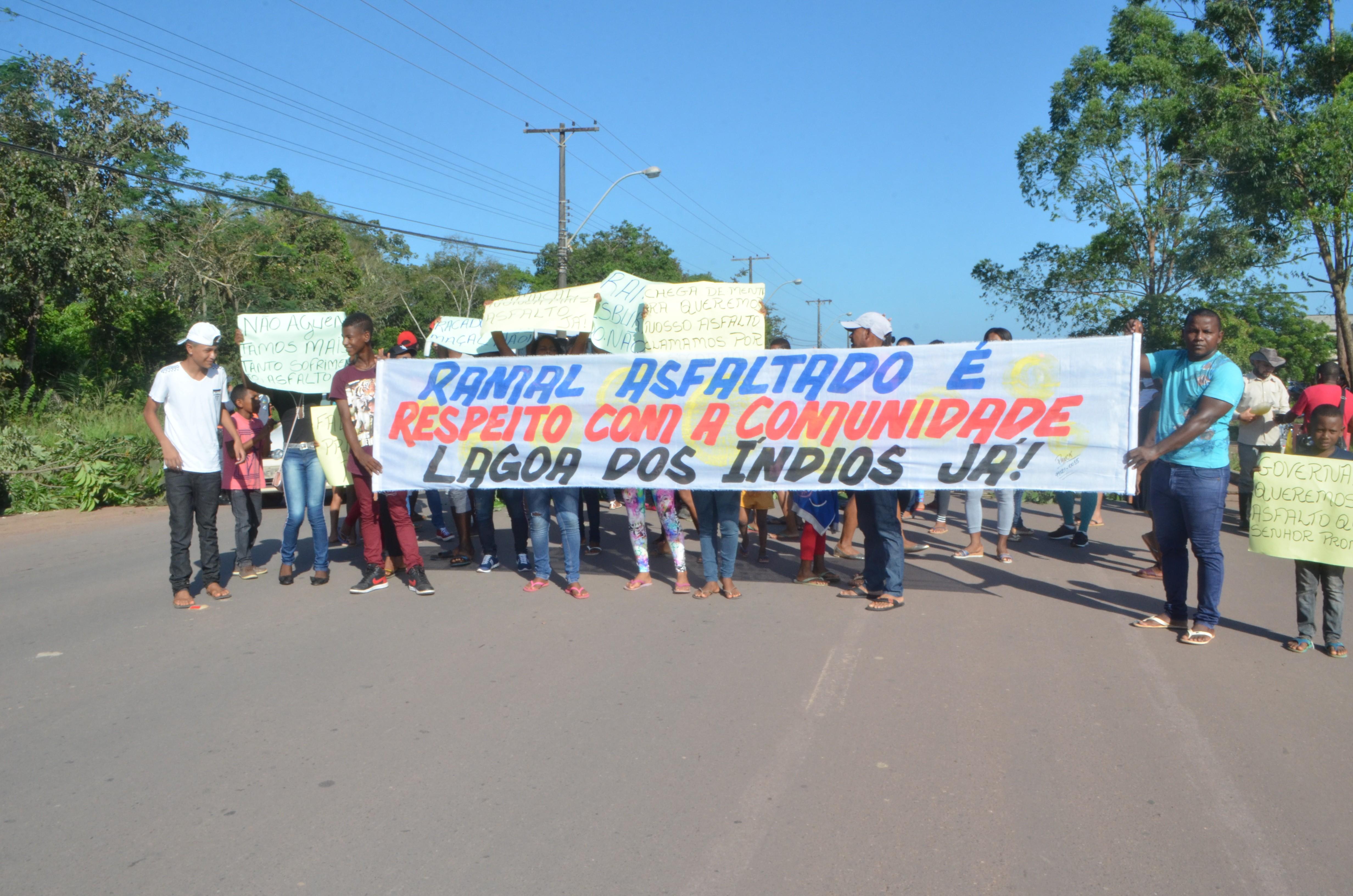 Rodovia é interditada em ato por asfalto no acesso a comunidade quilombola em Macapá - Notícias - Plantão Diário