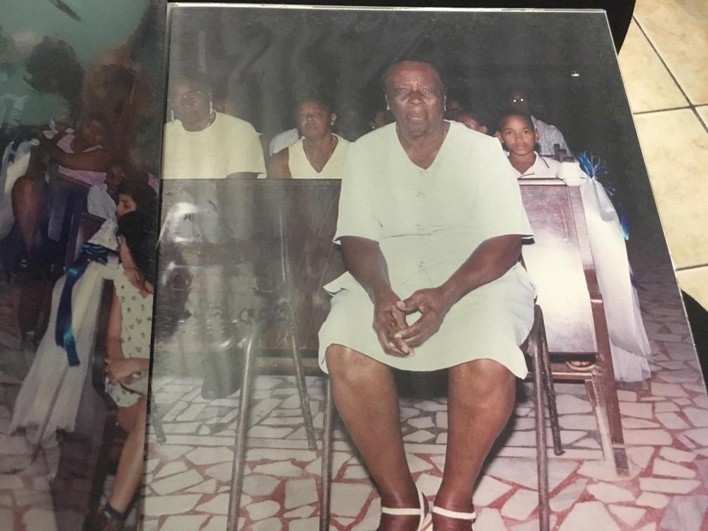 Família de Maria São Pedro guarda fotos do centésimo aniversário da idosa — Foto: João Souza/G1