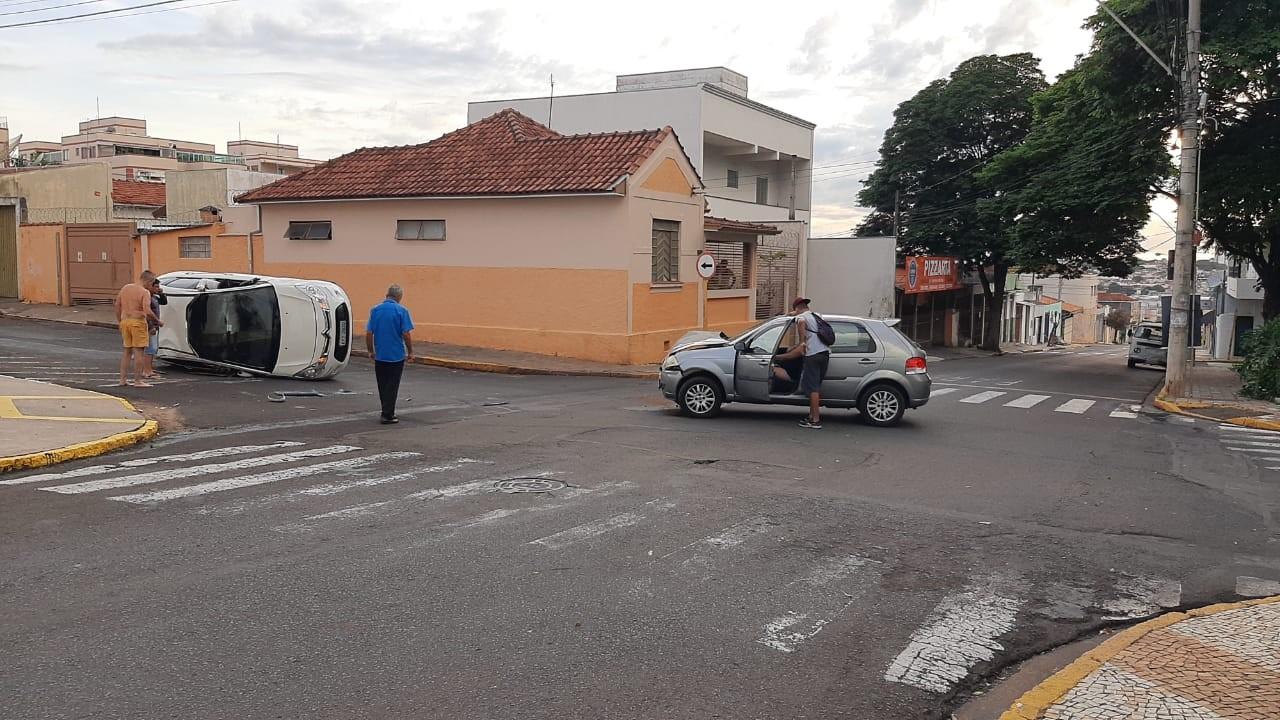 Carro tomba após batida em cruzamento do Jardim Bela Vista em Bauru