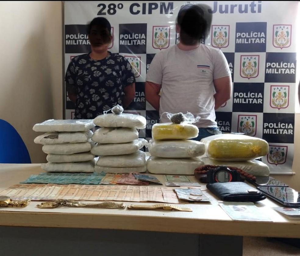 Suspeitos, a supermaconha e dinheiro foram apresentados na delegacia de Polícia Civil de Juruti — Foto: Polícia Militar dre Jururti/Divulgação