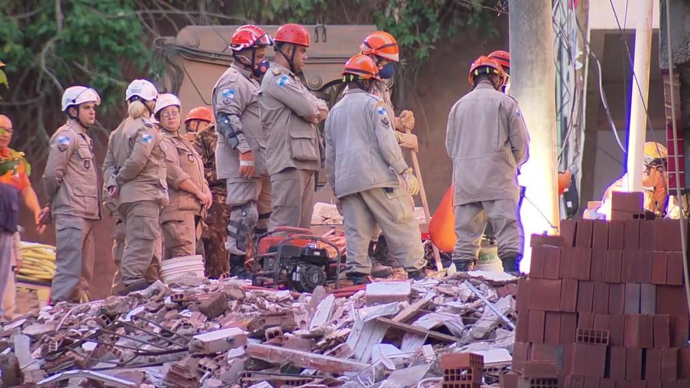 Bombeiros trabalham nos escombros de dois prédios que desabaram na comunidade da Muzema, na Zona Oeste do Rio — Foto: Reprodução/ TV Globo