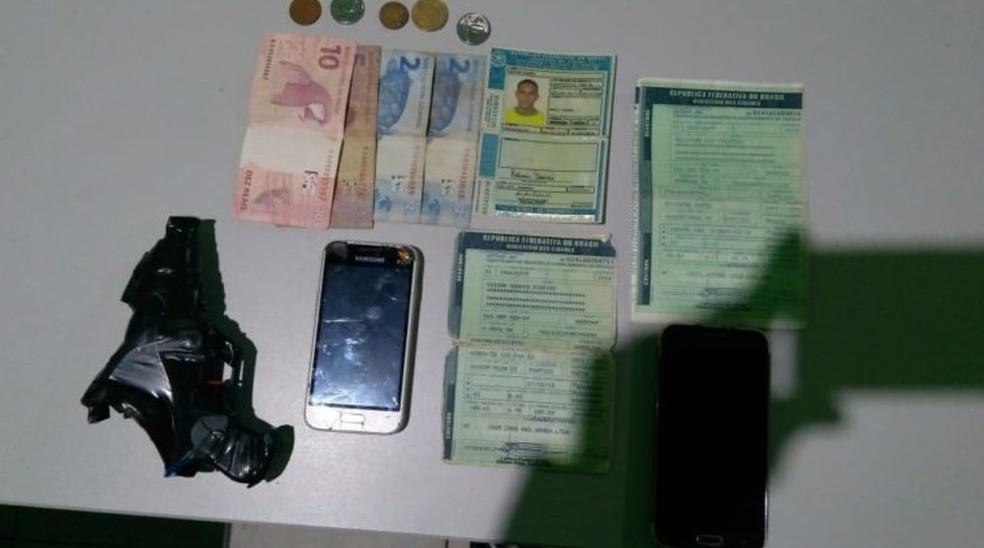 Arma de brinque e vários objetos foram apreendidos durante a prisão do suspeito em Ribamar Fiquene — Foto: Divulgação/Polícia