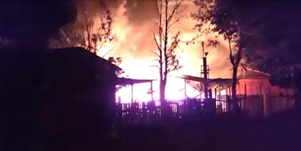 Campanha na web quer ajudar mulher que teve casa incendiada pelo marido em Rio Branco