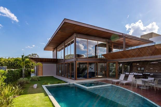 Leve e iluminada, esta casa na Bahia mistura estrutura metálica, madeira e vidro