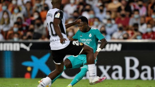 Vini Jr finaliza para marcar em Valencia x Real Madrid