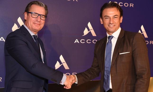 Thomas Dubaere (esq.) assumiu a diretoria da Accor na América do Sul, substituindo Patrick Mendes, que se tornou diretor comercial mundial do grupo