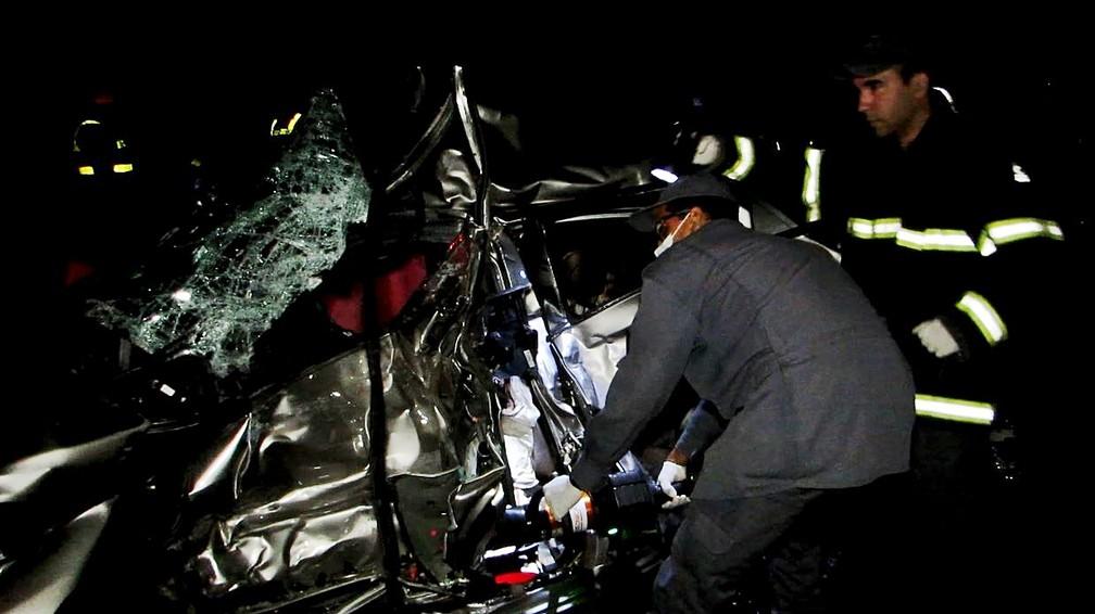 Mãe e filha morrem em acidente entre carro e caminhão na MG-050, em Pratápolis (MG) — Foto: Helder Almeida