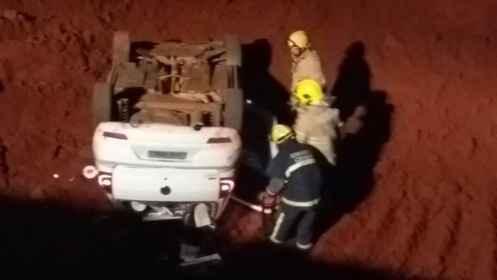 Carro com as rodas para cima em vala na obra do Trevo de Triagem Norte, no DF (Foto: Corpo de Bombeiros/Divulgação)