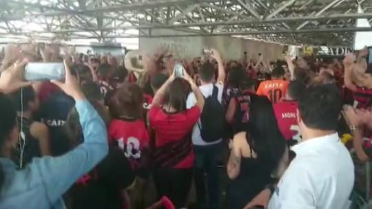 Athletico embarca com festa da torcida antes da final da Copa do Brasil; veja fotos e vídeo