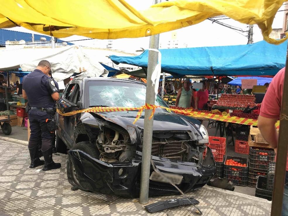 Carro desgovernado atinge barracas na feira livre em Taubaté — Foto: Naldo de Sá/Vanguarda Repórter