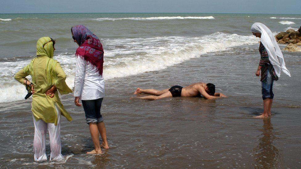Praia no Mar Cáspio em 2005 (Foto: Getty Images via BBC News)
