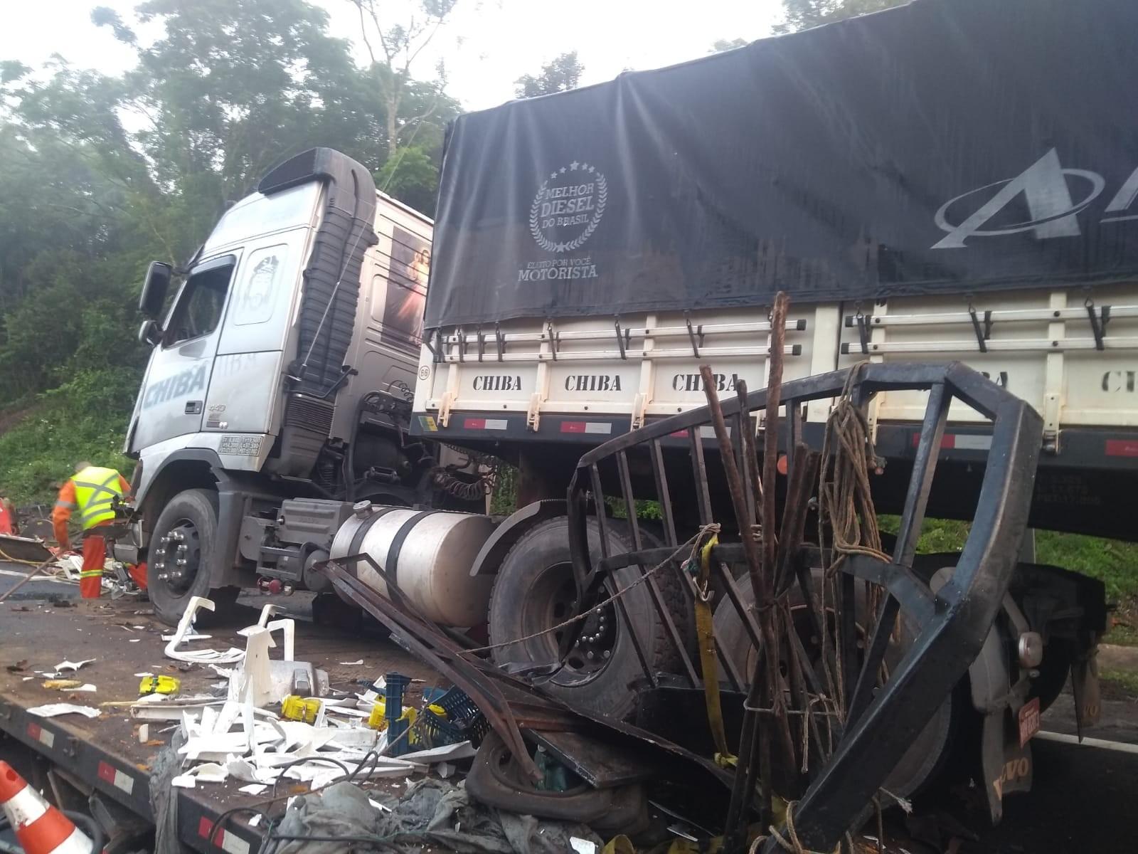 Morre homem que ficou ferido em acidente entre dois caminhões e um guincho na BR-386 - Notícias - Plantão Diário