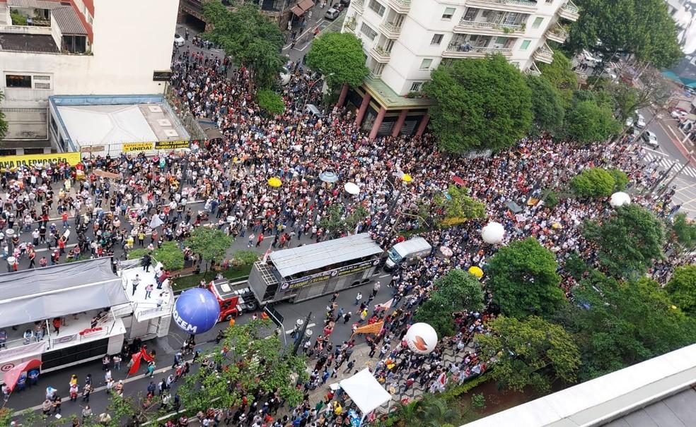 Servidores municipais durante ato na frente da Câmara Municipal de São Paulo nesta quarta-feira (13).— Foto: Rodrigo Rodrigues/g1
