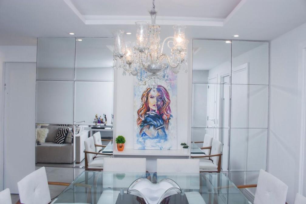 Sala da Carla Diaz tem lustre de sua avô e um quadro com sua foto que ganhou de uma fã — Foto: Vinícius Mochizuki/Divulgação