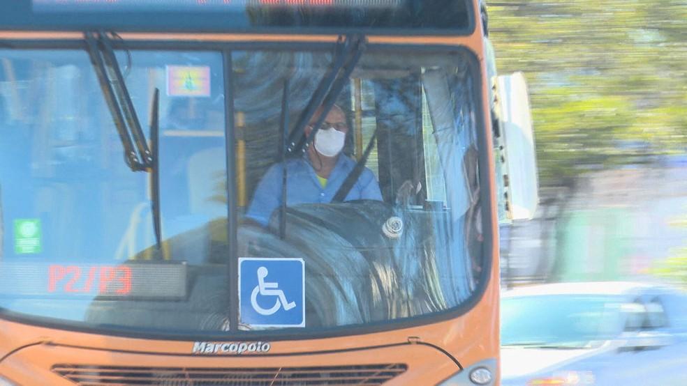 Motorista de ônibus no DF usa máscara de proteção facial devido ao coronavírus — Foto: TV Globo/Reprodução