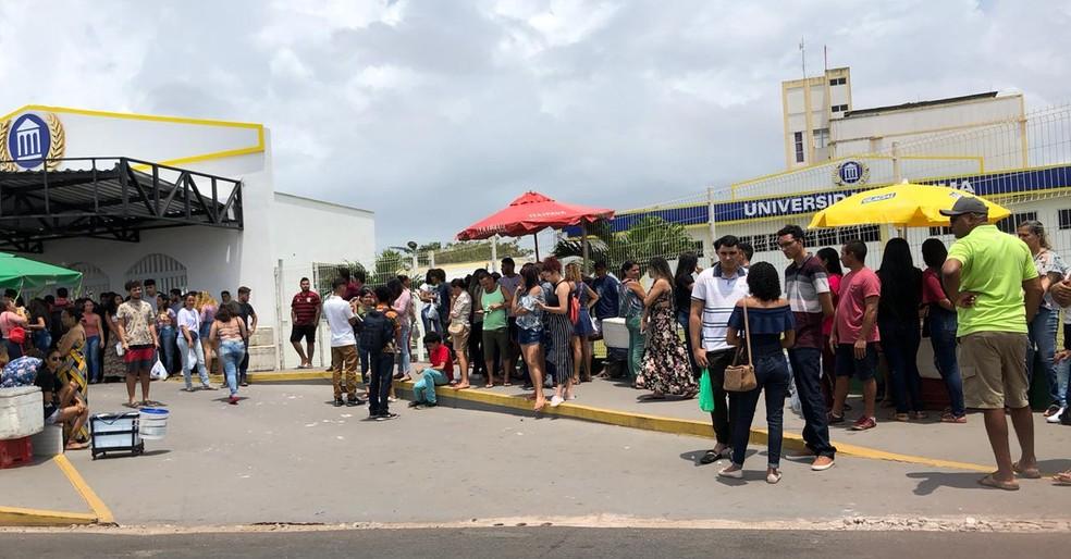 ENEM 2019 - DOMINGO (3), SÃO LUÍS (MA) - Candidatos aguardam abertura dos portões em universidade particular de São Luís — Foto: Zeca Soares / G1 Maranhão