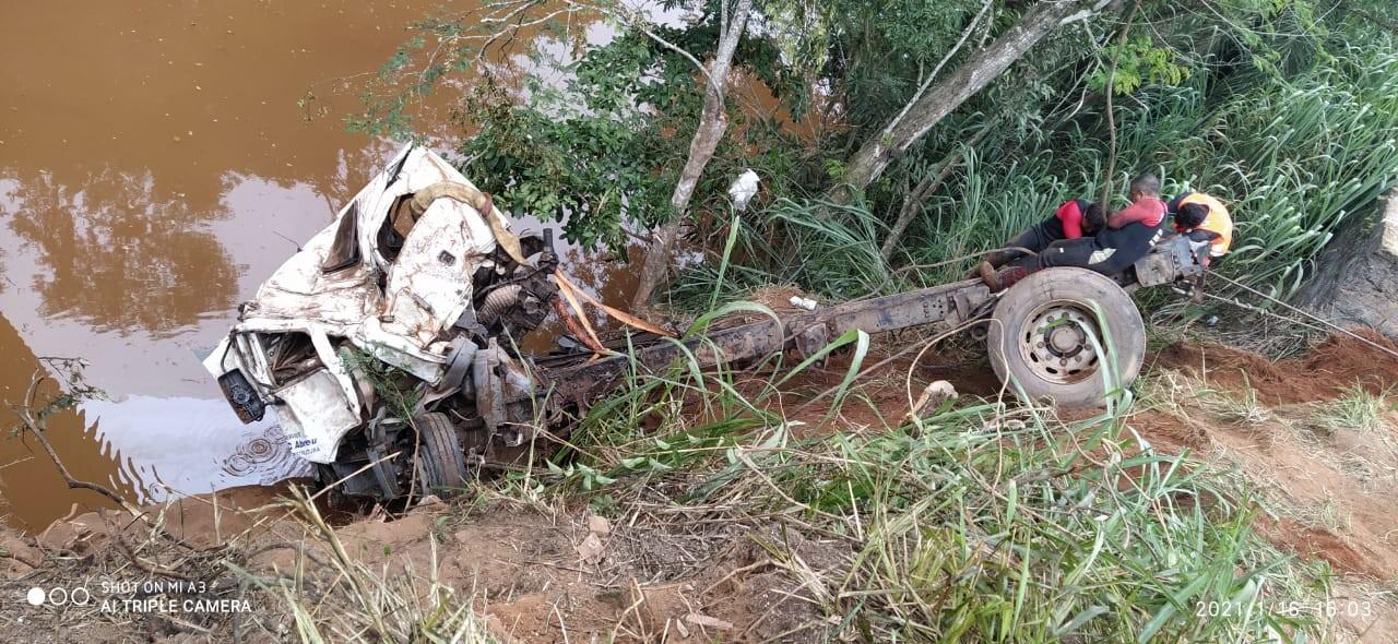 Caminhão que caiu de ponte, em João Monlevade, é retirado de rio após três dias de trabalho do Corpo de Bombeiros