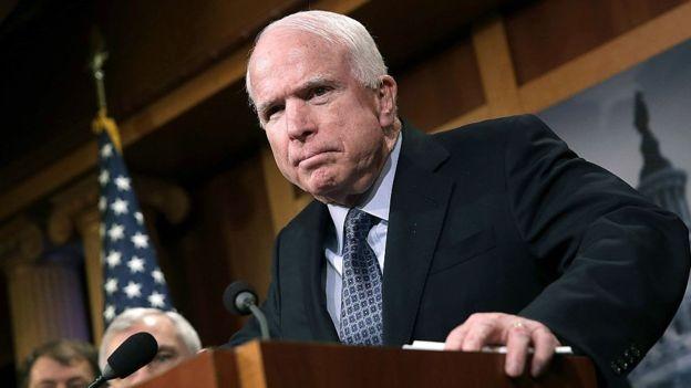 """John McCain chegou a dizer que ter executivos de empresas como a Boeing no governo era como ter """"raposas no galinheiro"""" (Foto: Getty Images via BBC News Brasil)"""
