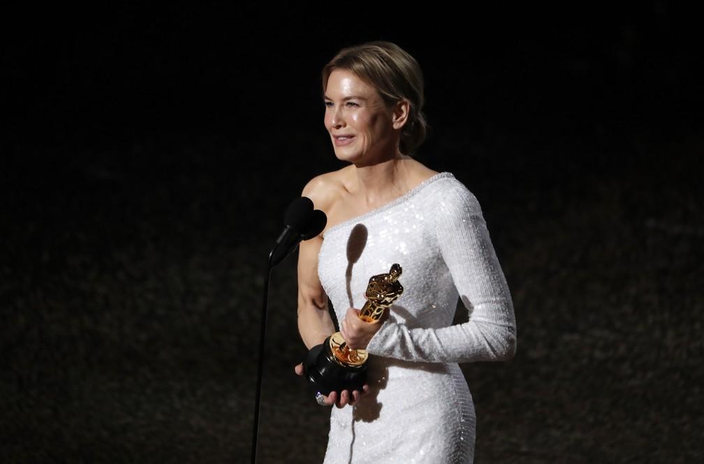 Renee Zellweger recebe o Oscar de melhor atriz por 'Judy' — Foto: Mario Anzuoni/Reuters