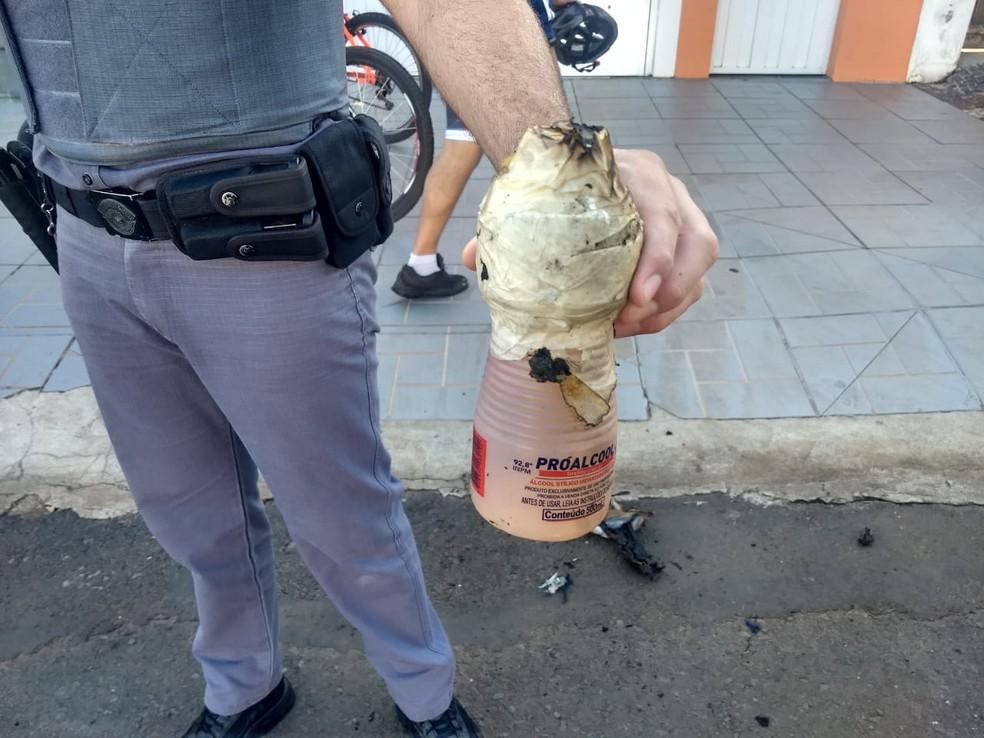 Homem fez coquetel molotov para atear fogo em carro em Pirassununga — Foto: Repórter Naressi