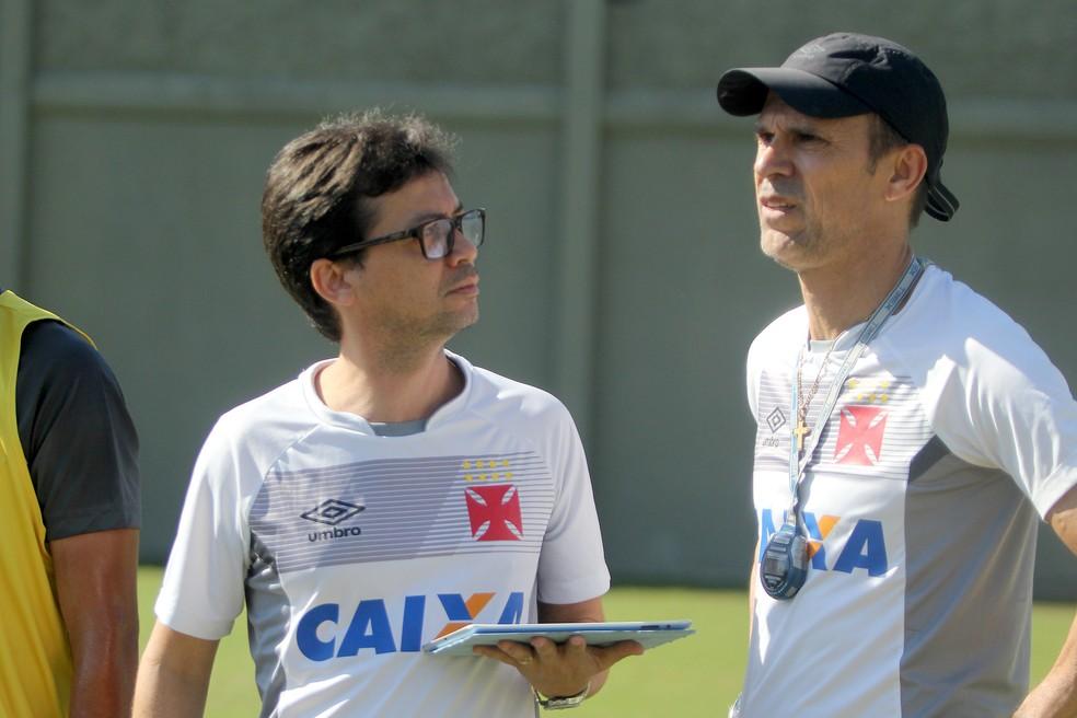 Alex Evangelista, gerente científico do Vasco, e Milton Mendes (Foto: Paulo Fernandes/Vasco)
