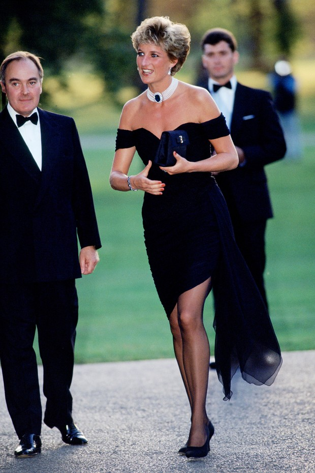 LONDON - JUNE 29:  (FILE PHOTO) Lord Palumbo greets Princess Diana, wearing a short black cocktail dress designed by Christina Stambolian, as she atttends a Gala at the Serpentine Gallery in Hyde Park on June 29, 1994 in London, England. (Photo by Tim Gra (Foto: Getty Images)
