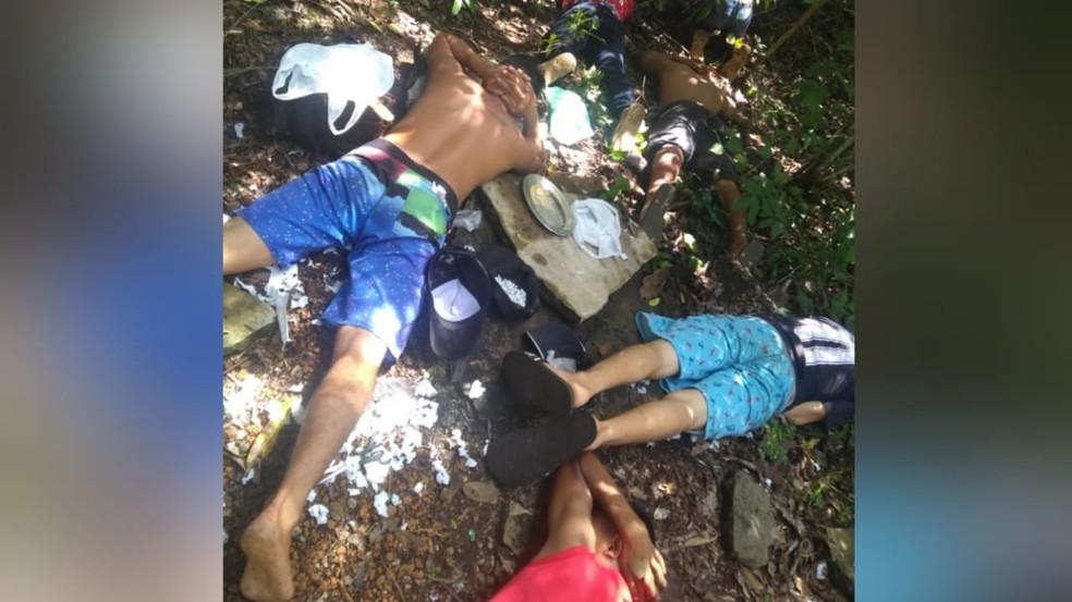 Jovens foram flagrados embalando drogas na zona rural de Terra Santa — Foto: Divulgação