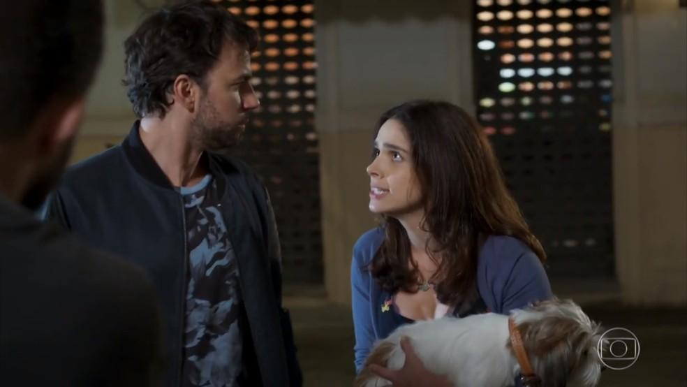 Shirlei (Sabrina Petraglia) ameaça Guto (Daniel Tavares) para defender Adônis (José Loreto) - 'Haja Coração' — Foto: Globo