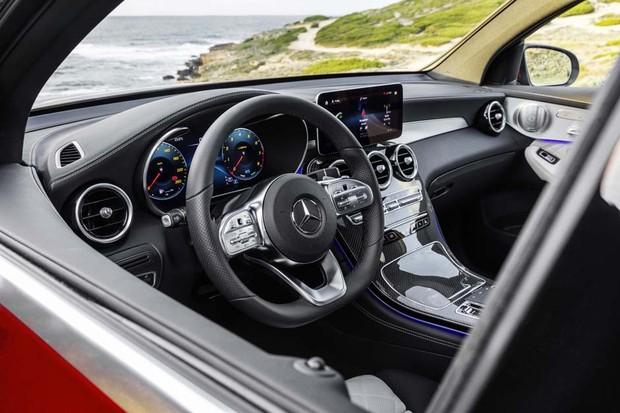 Mercedes-Benz GLC Coupé (C253), AMG Line, 2019, designo hyazinthrot metallic, Polster Leder designo platinweiß pearl / schwarz // Mercedes-Benz GLC Coupé (C253), AMG Line, 2019, designo hyacinth red metallic, designo leather platinum white pearl / black (Foto: Divulgação)