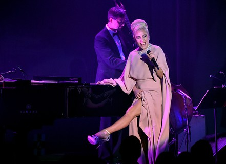 Lady Gaga faz performance especial para o gala beneficente