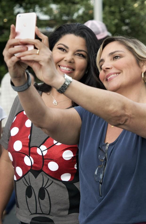 Fabiana Karla e Heloísa Périssé posam para selfie na Disney (Foto: Gregg Newton/Walt Disney World)