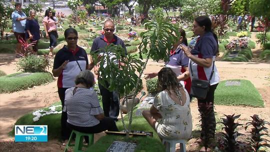 Missas, orações e homenagens marcam Dia de Finados em cemitérios do Grande Recife