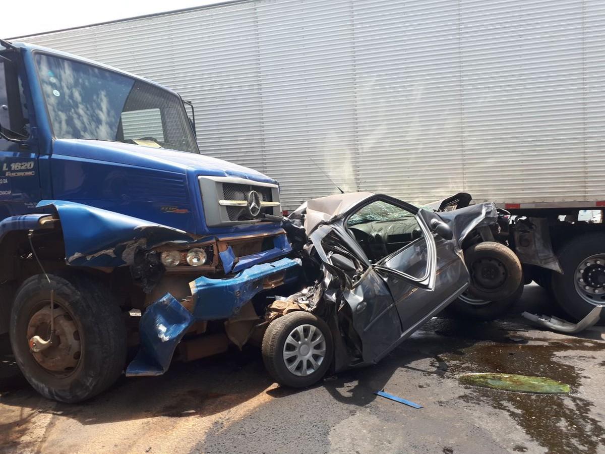 Acidente envolvendo 4 carros e duas carretas deixa dois feridos no DF