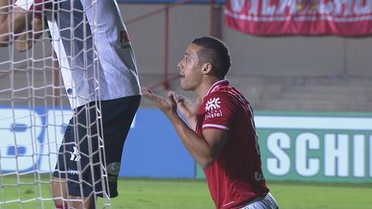 Ramon perde gol incrível e é vaiado pela torcida; técnico sai em defesa do atacante