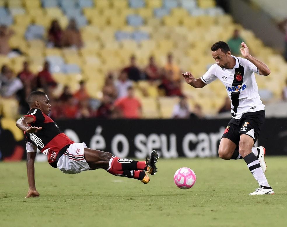 Juan parou Nenê em contra-ataque excelente do Vasco. Zagueiro vive grande fase no Flamengo (Foto: André Durão)