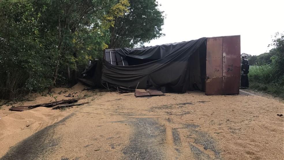 O veículo estava carregado com soja e parte da carga ficou espalhada nos dois sentidos da rodovia, que é de pista simples. (Foto: Corpo de Bombeiros/Divulgação)