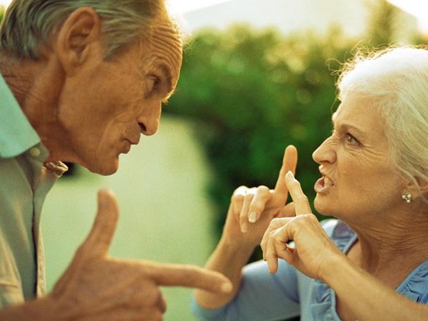 Estudo mostrou que casamento ruim aumenta risco de problemas cardíacos, principalmente entre pessoas mais velhas - Casal idoso brigando (Foto:   Patrick Sheàndell O'Carroll/AltoPress/PhotoAlto)