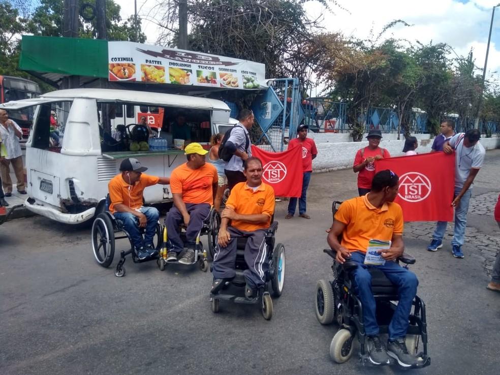 Cadeirantes fazem protesto no Benedito Bentes — Foto: Thaigo dos Santos/Arquivo Pessoal