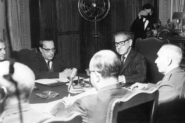 Reunião do Conselho de Segurança Nacional que aprovou o AI-5, 13 de dezembro de 1968, com o presidente Artur da Costa e Silva à cabeceira da mesa (Foto: Arquivo / AE)