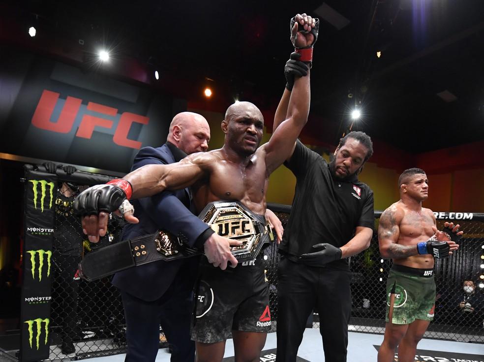 Kamaru Usman fará no UFC 261 a sua quarta defesa de cinturão — Foto: Jeff Bottari/Zuffa LLC