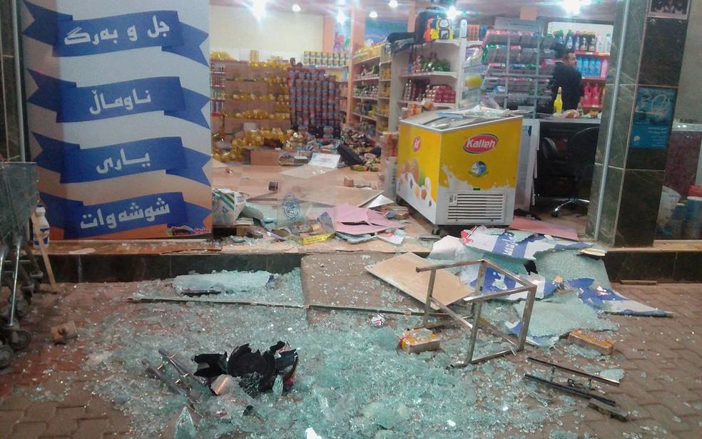 Fachada de loja destruída após terremoto em Halabj, no Iraque, no domingo (12) (Foto: Osama Golpy/Rudaw/Social Media/via Reuters)