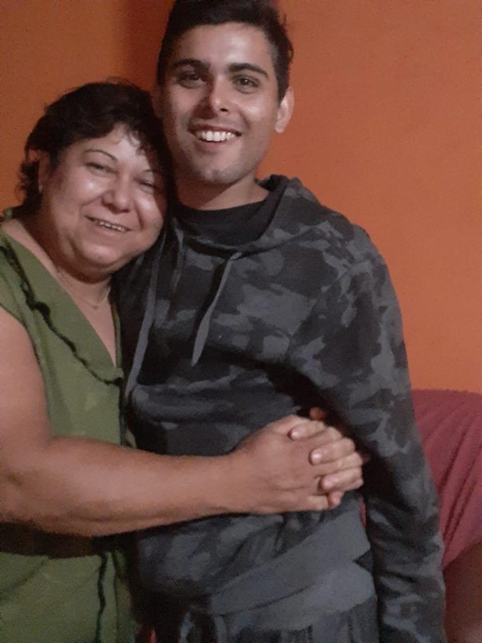 Welinson e a avó Osvaldina antes do acidente na BR-277 — Foto: Arquivo pessoal